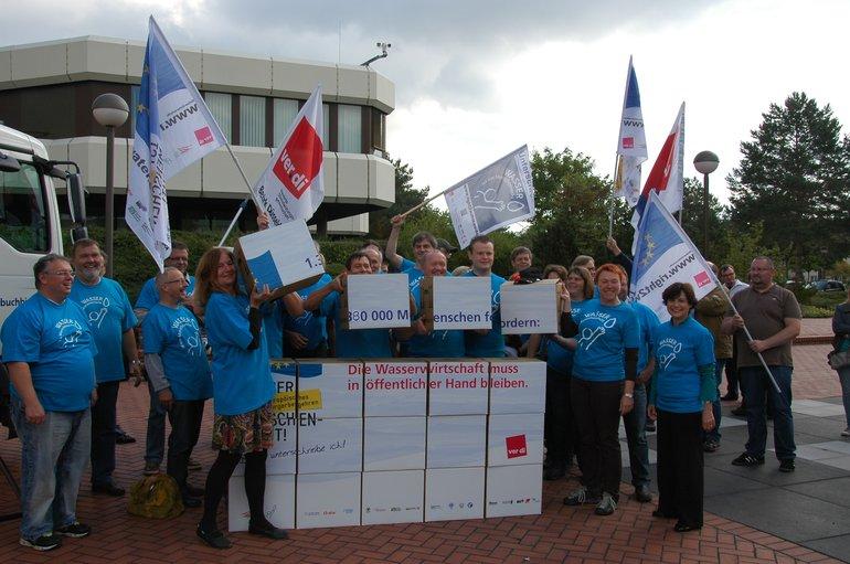 """Am 13. September hat Erhard Ott,Repräsentant der Europäischen Bürgerinitiative (EBI) """"Wasser ist Menschenrecht"""" in Deutschland, dem Präsidenten des Bundesverwaltungsamts (BVA) Verenkotte 1,38 Millionen in Deutschland gesammelte Unterschriften übergeben."""
