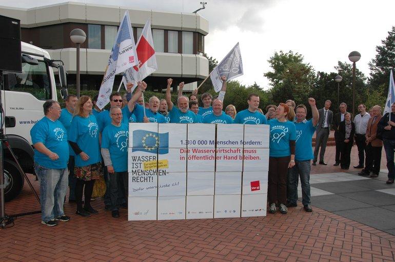 """Übergabe der Unterschriftensammlung aus Deutschland """"Wasser ist Menschenrecht"""""""