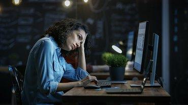 Frau müde erschöpft Nachtschicht Nachtarbeit Überstunden Pause