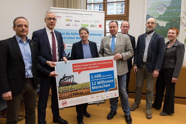 """Übergabe der Unterschriften der """"Initiative für gewässer- und umweltverträgliche Landwirtschaft"""""""