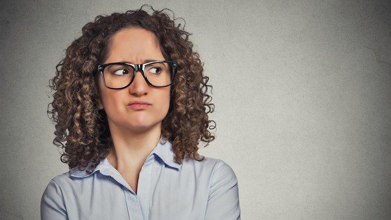 Frau genervt skeptisch enttäuscht Zweifel