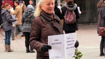 Straßenaktion zu Altersarmut von Frauen in Saarbrücken