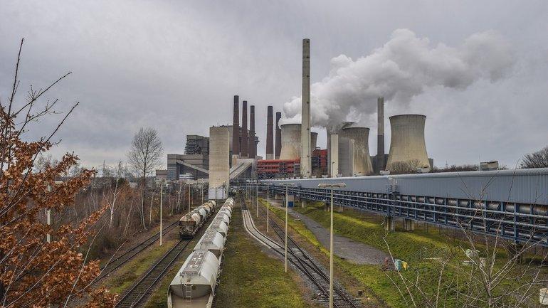 Kohlekraftwerk mit Gleisen