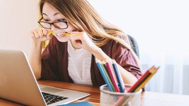 Frau Büro Arbeitsplatz wütend genervt Computer Büro