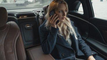 Mobile Arbeit Frau Auto Telefon Geschäftsfrau