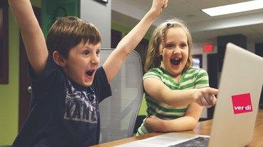 Kind Kinder Notebook Laptop Digitalisierung Jubel Freude